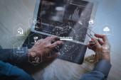 Futuristické v průmyslu 4.0 a obchodní virtuální diagram s Ai, robot asistenta, Cloud, Velká data a automatizace. Podnikatel ruka pracovní koncept. Foto investor práce s nový projekt při spuštění