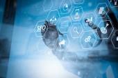 SEO optimalizálása a honlap mobil weboldal és leszállás oldal virtuális diagram.businessman kézzel dolgozik, a modern technológia és a digitális rétegeffektus üzleti stratégiai koncepció