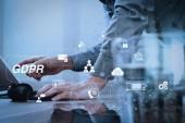 Fotografie gdpr. Datenschutz-Regulierung mit Cyber-Sicherheit und Privatsphäre virtuelle diagram.man mit VoIP-Headset mit digitalem Tablet-Computer Docking intelligente Tastatur, Konzept Kommunikation, es unterstützt.