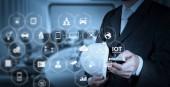 Internet věcí (Iot) technologie s Ar (rozšířená realita) na řídicím panelu Vr. Podnikatel ruční práce s digitálním tabletu na setkání místnosti pozadí