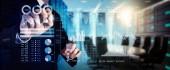 Investor v analýze burzovní zprávy a finanční řídicí panel s business intelligence (Bi), klíčových výkonnostních ukazatelů (Kpi) .businessman rukou práce finance programu na celou obrazovku počítače.