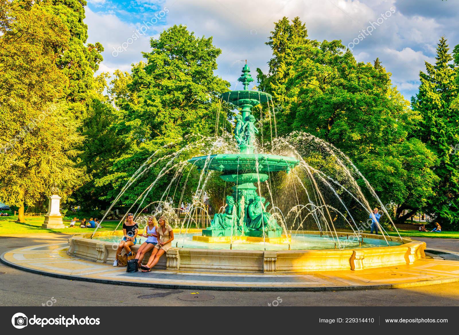 Geneva Switzerland July 2017 People Sitting Fountain Jardin