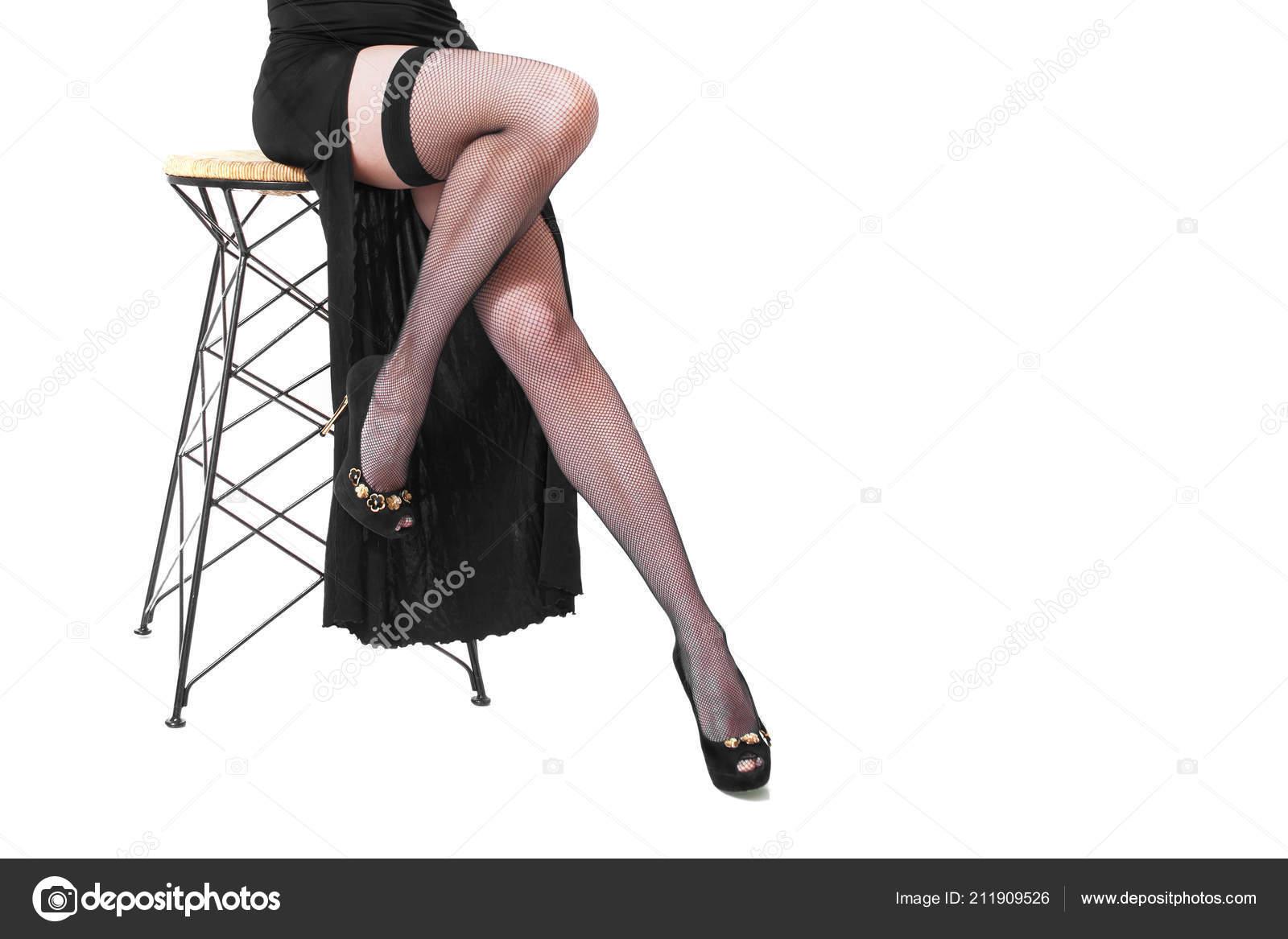 ab0664948 Piernas largas de mujer en medias de red sexy y tacones de aguja ...