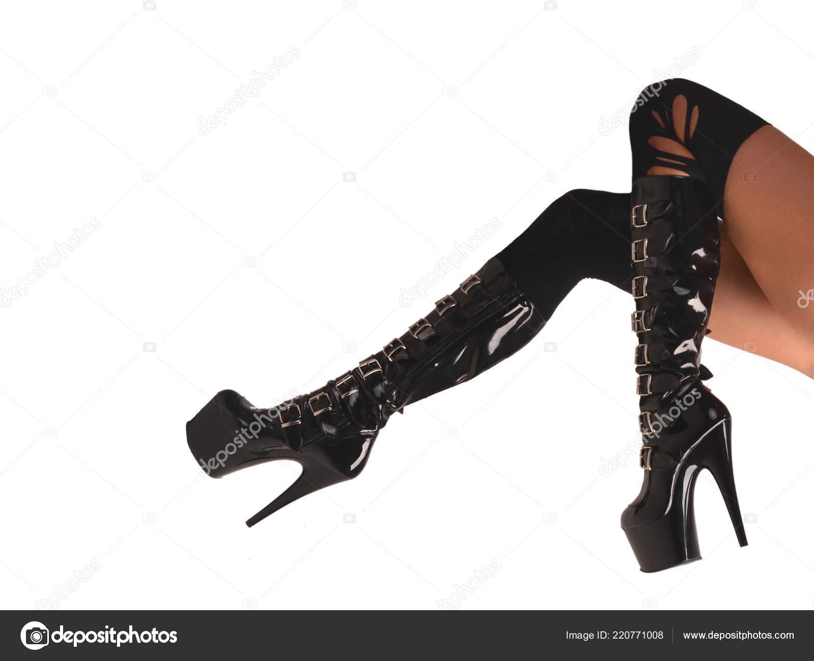 8787e9756 Mujer sexy curtida piernas en medias y botas fetiche negro brillante ...