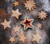 Vánoční cukroví s mouky a kakaa poleva na černém pozadí