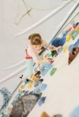 Koncept zdravého životního stylu: aktivní Kavkazský žena dítě je na lezecké stěně