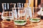 Kleine Portion grüner Absinth in zwei Gläsern