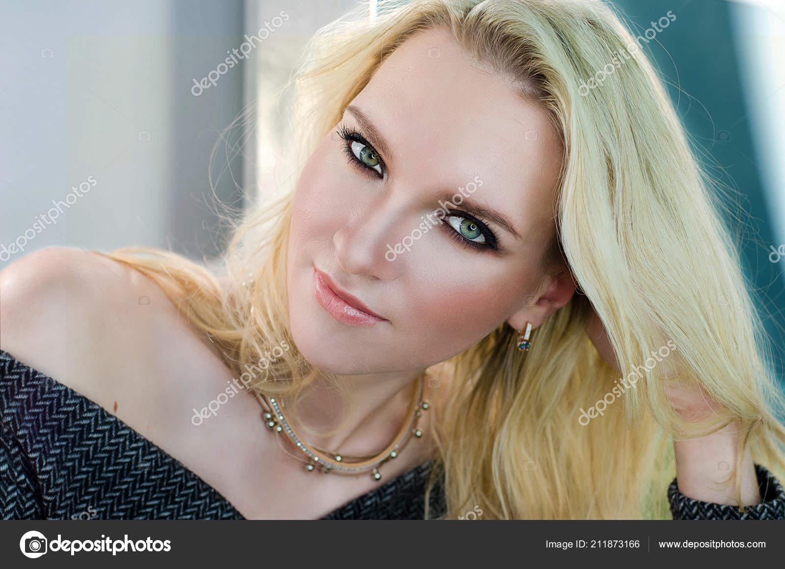 08b00d16bc40 Ένα κορίτσι με μακριά λευκά μαλλιά σε ένα μάλλινο φόρεμα — Εικόνα από ...