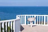 Sedia di spiaggia bianca di estate con sfondo di cielo blu