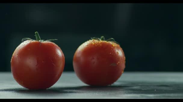 Čerstvá rajčata na stůl s kapkami vody stříkající Shot v pomalém pohybu