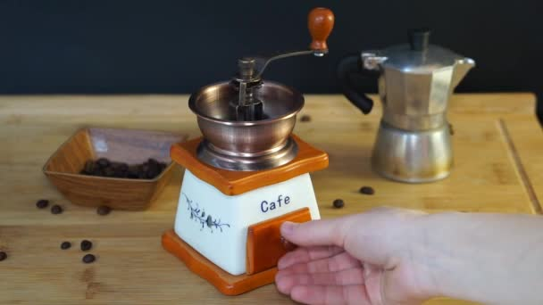im Rahmen ist die italienische Mokka-Kaffeemaschine eng aufeinander abgestimmt, der Deckel ist geschlossen und Dampf kommt aus der Kaffeemaschine Düse vom kochenden Kaffee