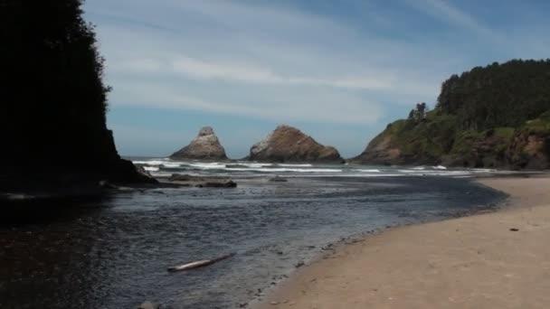 Oregon Coast an einem sonnigen Tag mit Heceta Head Lighthouse im Hintergrund