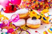 Fotografie Karneval in Pulverform Zucker Donuts mit luftschlangen