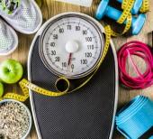Sportovní a fitness stroji na dřevěné podlaze zdravé svačiny, úbytek váhy a fyzické aktivity koncepce