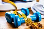Sport és edzés berendezések a fa padló, egészséges ételek, a fogyás és a testmozgás koncepció
