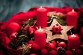 Fotografie adventliche Dekoration mit brennender Kerze. Weihnachtlicher Hintergrund