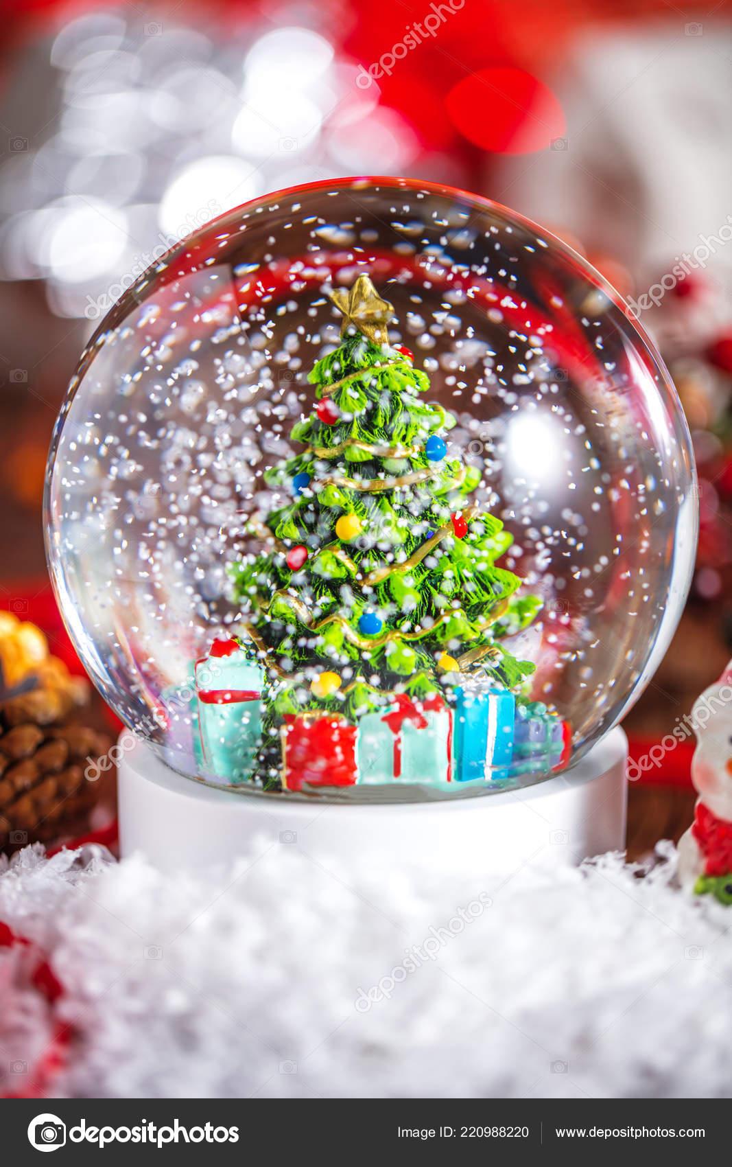 Weihnachten Schneekugel Auf Hölzernen Hintergrund — Stockfoto ...