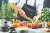 Fotografie Kuchař kuchař připravuje zelenina v kuchyni