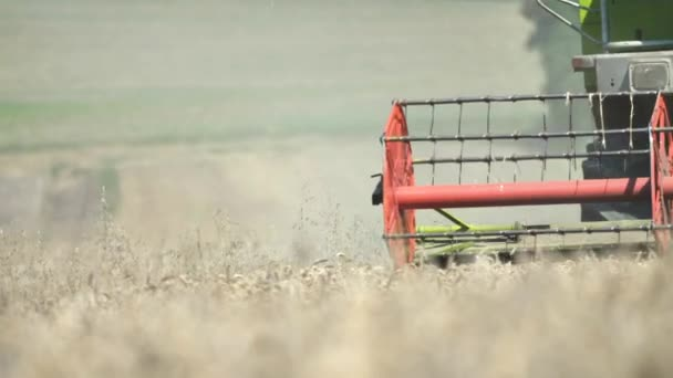 mezőgazdasági gép a gabonanövények betakarítására a mezőgazdasági területen