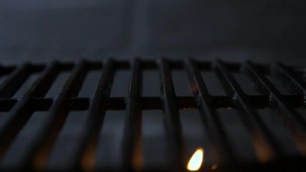 Prázdné planoucí Barbecue gril na černém pozadí
