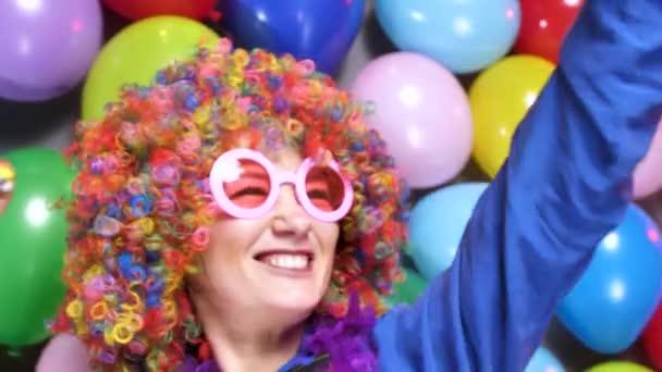 krásná šťastná mladá žena oslavující karnevalu nebo nový rok ve stranické klubu