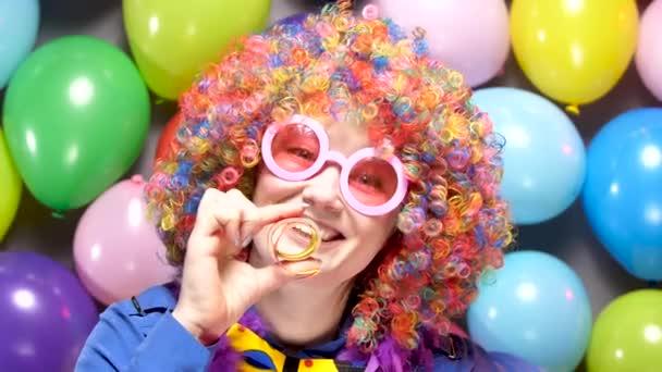 szép boldog fiatal nő ünneplő karnevál vagy újév a Party Club