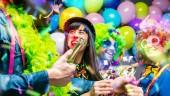 Party-Leute feiern Karneval oder Neujahr im Partyclub