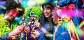 Gente di partito che celebra Carnevale o Capodanno nel club party
