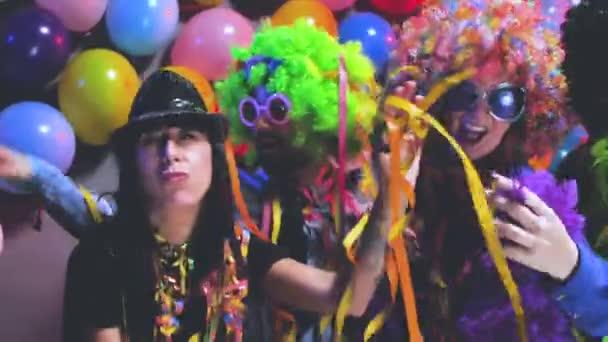 Partyvolk feiert Karneval oder Neujahr im Partyclub