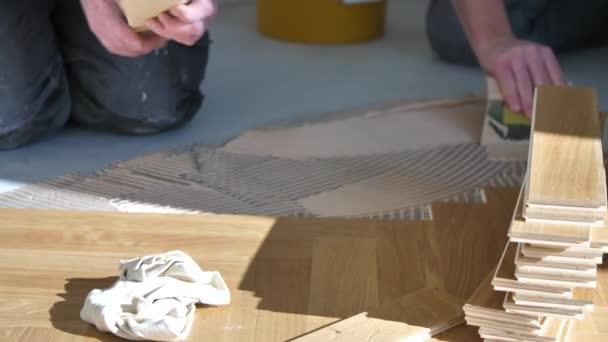 pracovníci instalující dubové parkety při zlepšování domova