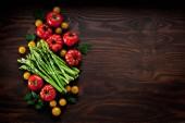 Fotografie Draufsicht auf frisches reifes Bio-Gemüse auf Holztisch mit Kopierraum