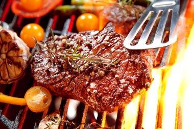 lezzetli biftek biberiye ve domates ızgarada pişirme ile yakından görmek