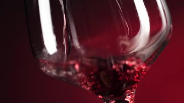 detailní pohled na nalití červeného vína do skla