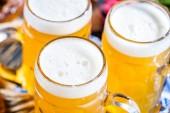 Fotografie detailní pohled na bavorské pivo v brýlích, koncept Oktoberfestu