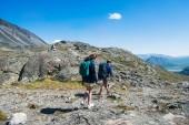 pár turistů chůzi po hřebeni Besseggen v národním parku Jotunheimen, Norsko