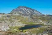 Hřeben Besseggen s malé jezero v národním parku Jotunheimen, Norsko