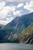 fenséges hegyek és a nyugodt víz Fjord, Aurlandsfjord, Flam (Aurlandsfjorden), Norvégia