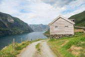 Photo rural road and wooden house at majestic Aurlandsfjord, Flam (Aurlandsfjorden), Norway