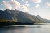 krásné hory pokryté zelenou vegetací a majestátní jezero Gjende, hřeben Besseggen, zahrnuje národní Park Jotunheimen, Norsko
