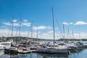 Oslo, Norsko - 28 července, 2018: lodě a jachty v přístavu Aker Brygge district, Oslo