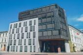 nízký úhel pohledu staré a moderní architektury na slunečný den, oslo, Norsko