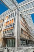 Fotografie nízký úhel pohledu-li krásné moderní budova proti modré obloze v Aker Brygge district, Oslo