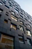 nízký úhel pohledu krásné geometrické současné architektury, proti obloze na čárový kód okresu, Oslo