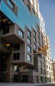 nízký úhel pohled krásné moderní budova s velkými okny na čárový kód okresu, Oslo