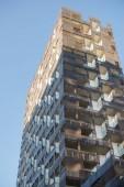 nízký úhel pohledu moderní architektury proti modré obloze na čárový kód okresu, Oslo