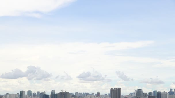 Video 4K timelapse of the cloud and the sky with the city skyline in a sunny day