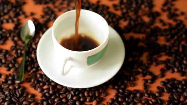 vařená aromatická káva se nalévá do bílého šálku