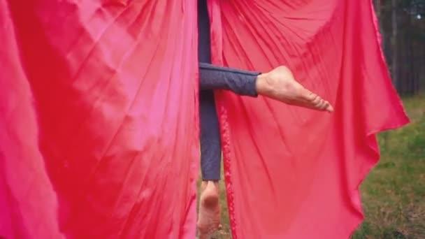 Letecké jóga nebo antigravitační jóga. Mladá žena cvičí fly jóga asana venku. Fitness, roztáhnout, rovnováha, zdravého životního stylu lidí