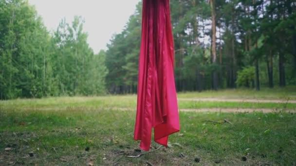 Letecké jóga nebo antigravitační jóga. Mladá žena cvičí fly jóga asana venku. Zdraví, sport, roztáhnout, fitness koncept