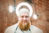 Fényképek A Halo a fejére a vörös szakállas angyal